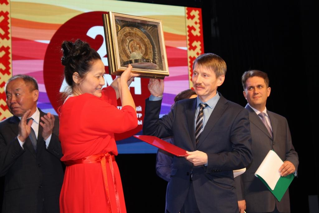 Шеметова Н.Е. принимает подарок от Харитонова М.В.
