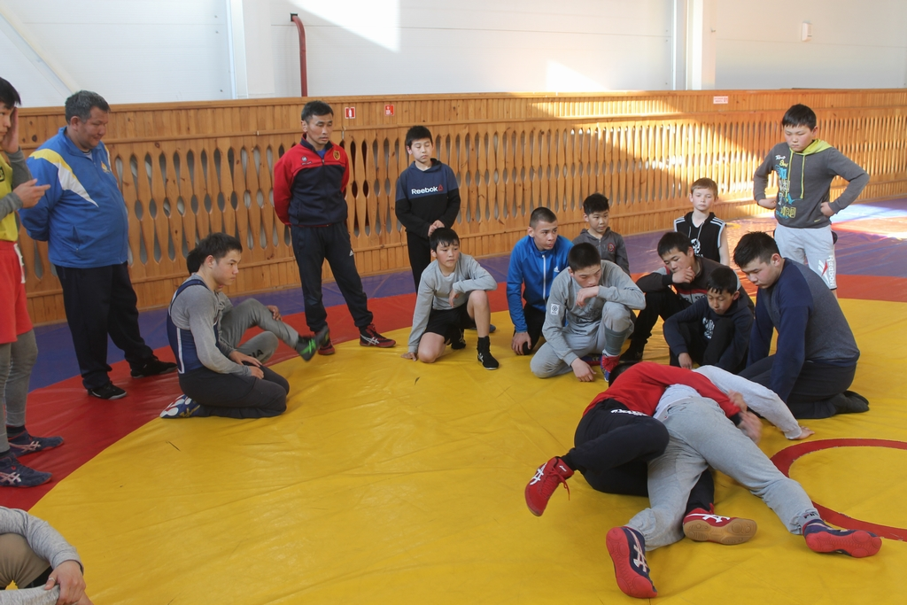 Николай Берельтуев (крайний справа) на тренировке в Тункинском районе