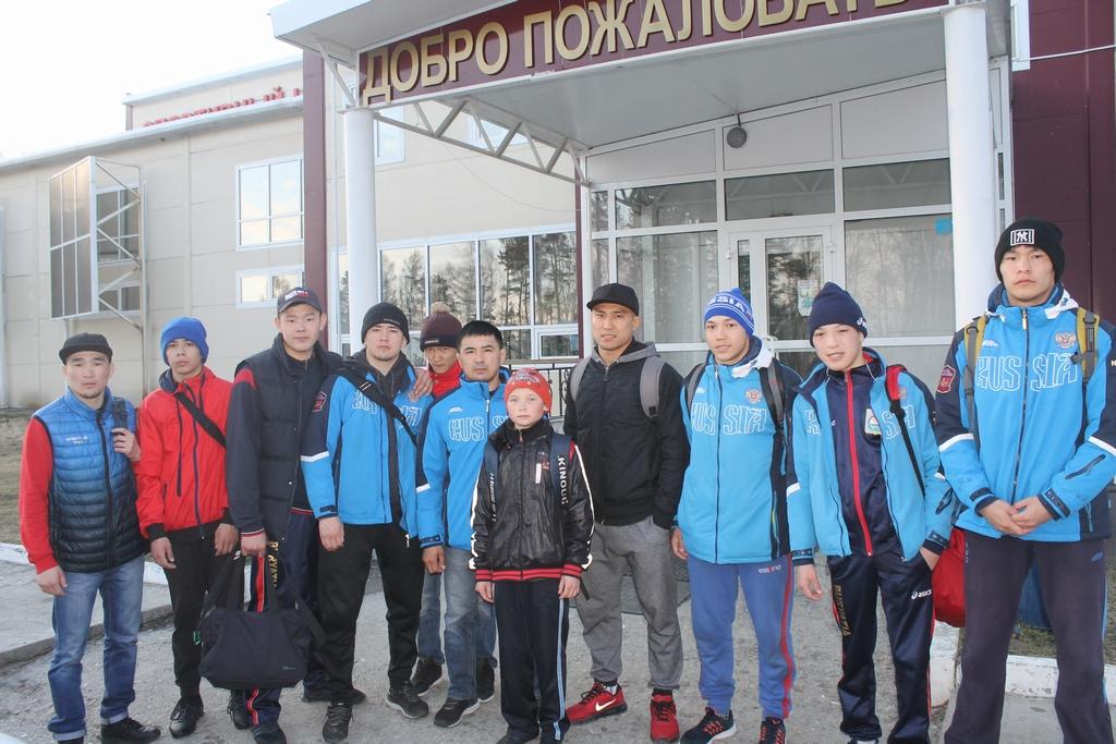 Николай Берельтуев с товарищами у спорткомплекса в Аршане