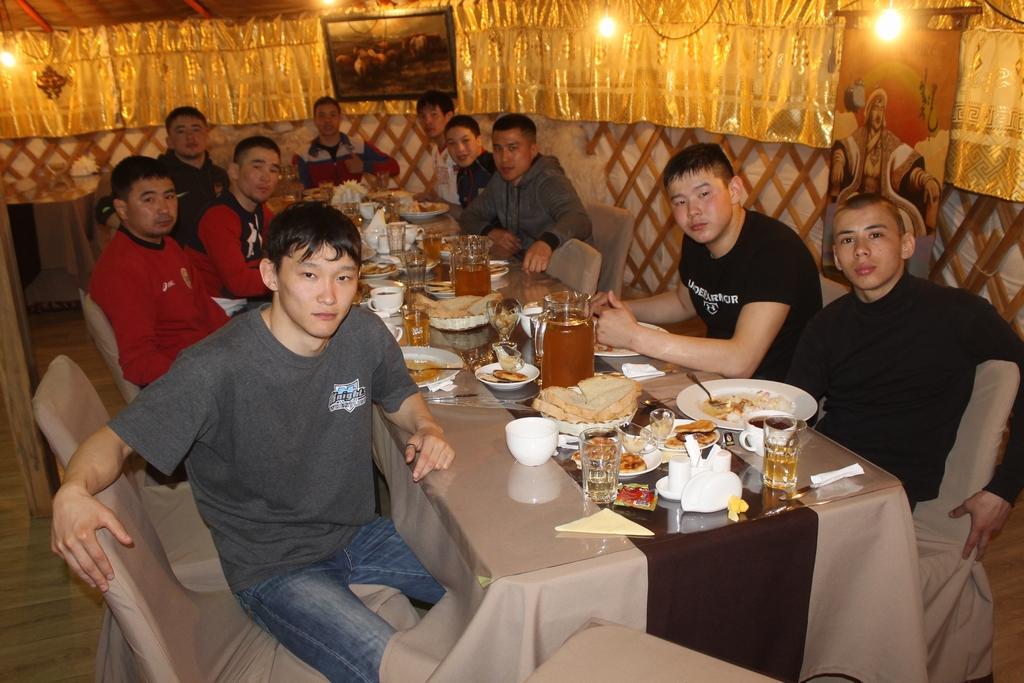 Николай Берельтуев (второй справа) в аршанском кафе после тренировки сборной