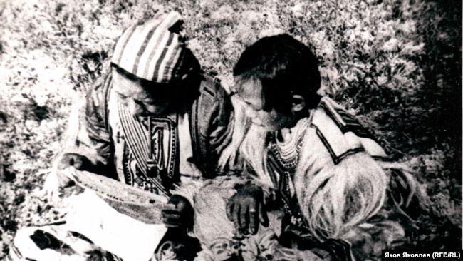 Эвенки читают газету. Конец 1930-х гг. Из фондов Колпашевского краеведческого музея